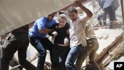 바그다드 차량 폭탄 공격 현장에서 구조 중인 여성.