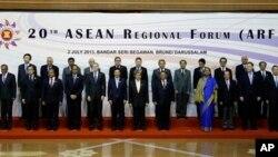 Perwakilan masing-masing negara yang menghadiri ASEAN Regional Forum (ARF) ke-20, berfoto bersama sesaat sebelum dimulainya pertemuan tersebut di Bandar Seri Begawan, Brunei, 2 Juli 2, 2013. (Foto: dok). Sengketa teritorial Laut China Selatan diperkirakan akan menjadi pokok pembicaraan dalam pertemuan menteri-menteri pertahanan ASEAN hari ini di Brunei (28/8).