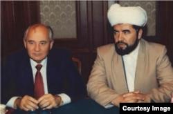 O'rta Osiyo va Qozog'iston musulmonlari diniy idorasi raisi Muhammad Sodiq Muhammad Yusuf (o'ngda) Sovet Ittifoqining so'nggi rahbari Mixail Gorbachyov bilan, 1990-yil.