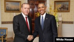 Presiden Obama menyambut Presiden Erdogan di Ruang Biru sebelum Pertemuan Puncak Keamanan Nuklir, Washington DC, AS.