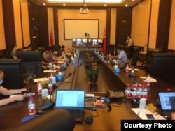 2020年6月24日,十餘名投資者代表在四川信託公司總部向該公司高管表達訴求。 (圖片來源:川信投資者)