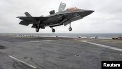 ເຮືອບິນລົບອາຍພົ່ນ F-35B Lightning II ຂອງບໍລິສັດ Lockheed Martin ບິນລົງຈອດ ເຖິງກຳປັ່ນລົບ USS Wasp ປະຈຳການຢູ່ໃນຂົງເຂດອິນໂດ ປາຊີຟິກ ຂອງພາກພື້ນ ທະເລຈີນຕາເວັນອອກ, ວັນທີ 5, ມີນາ 2018.