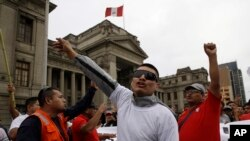 Protestuesit përballë godinës së Gjykatës së Lartë të vendit