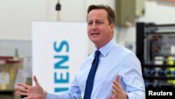 Perdana Menteri Inggris, David Cameron, berbicara kepada pekerja pabrik Siemens di Chippenham, Inggris selatan, 2 Februari 2016. Presiden Dewan Eropa Donald Tusk mengajukan draft proposal untuk mempertahankan Inggris dalam Uni Eropa.Union to a mixed r