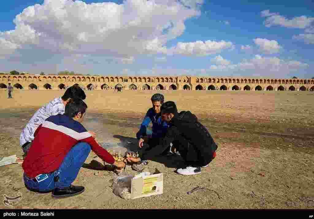 مسافران نوروزی و سی و سه پل اصفهان. عکس: مرتضی صالحی