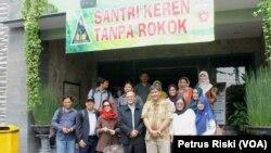 Komnas Pengendalian Tembakau memberikan dukungan pada Ponpes Tebuireng Jombang sebagai institusi pendidikan bebas rokok (Foto: VOA/Petrus Riski).