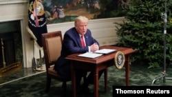 TT Donald Trump nói chuyện với phóng viên sau khi đàm đạo với các quân nhân Mỹ trú đóng ở nước ngoài qua liên kết video tại Tòa Bạch Ốc hôm 26/11.