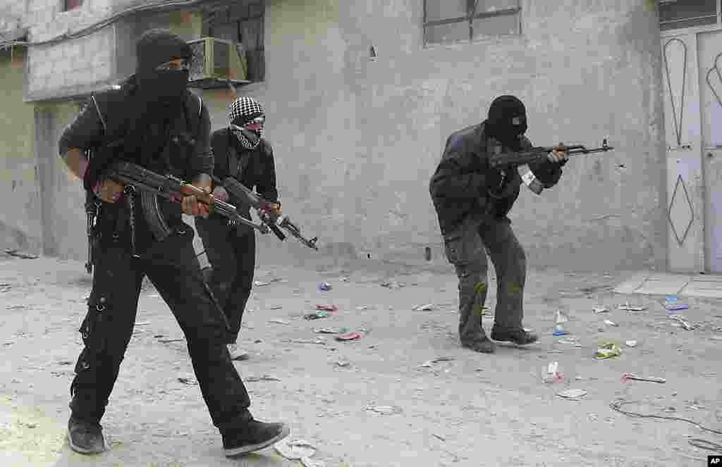 Free Syrian Army fighters train in a neighborhood in Damascus. (AP)