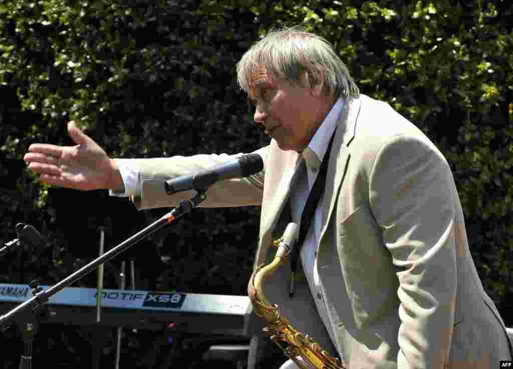 Знаменитый саксофонист Николай Панов приветствует слушателей