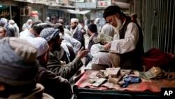 در کنار وضعیت نابسامان اقتصادی، ارزش پول افغانی در برابر اسعار خارجی کاهش چشمگیر داشته است.