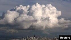 ARCHIVO- Nube gigantesca sobre San Francisco, California, diciembre 12, 2014. No se espera que ningún lugar en los Estados Unidos sea más frío de lo normal, dijo Mike Halpert, subdirector del Centro de Predicción del Clima, oficina del gobierno estadounidense.