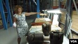 西伯利亚一处石油资料档案馆中,工作人员介绍当地石油特点。(美国之音白桦拍摄)
