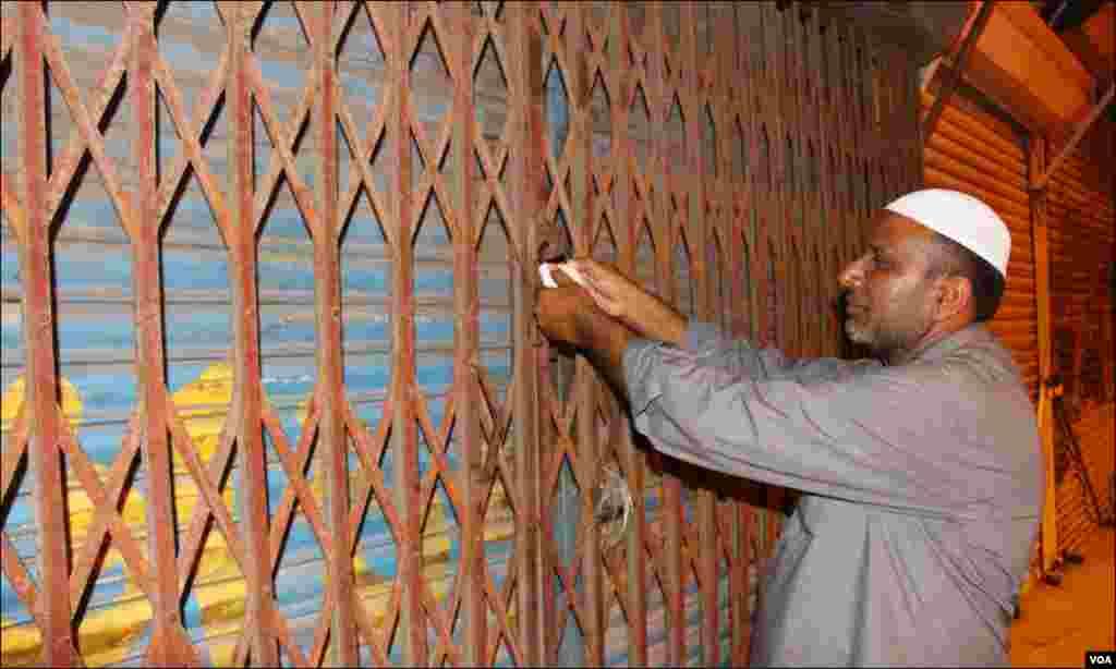 سکیورٹی کے پیش نظر ایم اے جناح روڈ پر قائم دکانوں پر تالے لگا کر ان ہر سیل لگائی جا رہی ہے۔