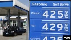 Harga bensin per galon di sebuah SPBU di San Francisco, Jumat (4/3).