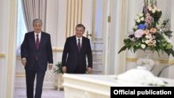 O'zbekiston Prezidenti Shavkat Mirziyoyev (o'ngda) Qozog'iston rahbari Qosim-Jo'mart Toqayev bilan Toshkentda, 2019-yil, 15-aprel