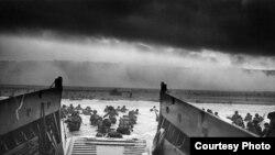 Des soldats débarquant sur les plages de Normandie en 1944 (Archives des U.S. Coast Guard)
