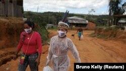 Vanderlecia Ortega dos Santos, atau Vanda secara sukarela memberikan satu-satunya perawatan yang melindungi komunitas pribumi yang terdiri dari 700 keluarga dari wabah COVID-19 yang melanda kota Manaus, Brasil. I(Foto: Reuters/Bruno Kelly)