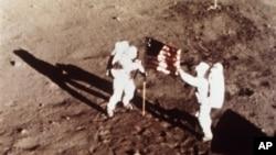 Astronauti Nil Armstrong i Baz Oldrin postavljaju američku zastavu na površinu Meseca, 20. jul 1969.