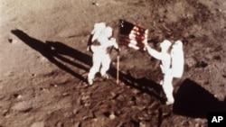 """Hai phi hành gia Neil Armstrong và Edwin """"Buzz"""" Aldrin là những người đầu tiên đặt chân lên mặt trăng"""