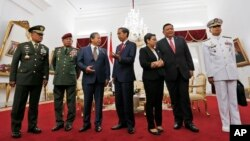From left to right, Indonesian Armed Forces Chief Gen. Gatot Nurmantyo, his Malaysian counterpart Gen. Zulkifeli Mohd. Zin, Malaysia's Foreign Minister Anifah Aman, Indonesian president Joko Widodo, Indonesian Foreign Minister Retno Marsudi, her Filipino counterpart Foreign Minister Jose Rene Almendras, and the Philippine's Navy Chief Rear Adm. Caesar C. Taccad, before the start of their trilateral meeting at he presidential palace in Yogyakarta, Indonesia, May 5, 2016.