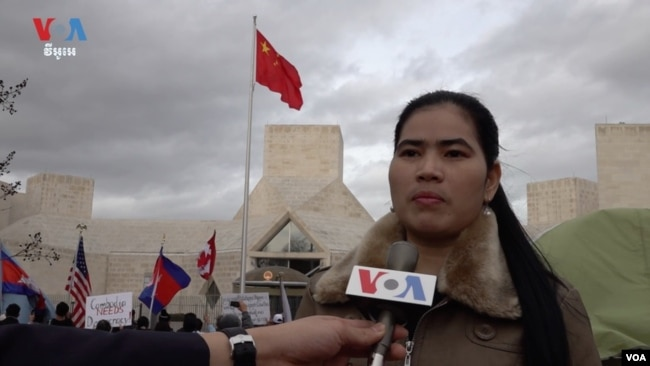 អ្នកស្រី ទេព វន្នី អតីតសកម្មជនការពារលំនៅឋានតំបន់បឹងកក់នៅមុខស្ថានទូតចិនប្រចាំសហរដ្ឋអាមេរិកក្នុងរដ្ឋធានី Washington កាលពីថ្ងៃទី១១ ខែមករា ឆ្នាំ២០២០។ (សឿន វឌ្ឍនា/VOA Khmer)
