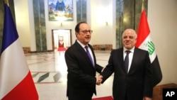 Thủ tướng Iraq Haider al-Abadi (bên phải) tiếp Tổng thống Pháp Francois Hollande tại Baghdad, Iraq, ngày 02/01/2017.