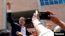 Juan Guaidó, presidente encargado de Venezuela, saluda a partidarios tras lu llegada al aeropuerto internacional Simón Bolíviar en Caracas, Venezuela, el lunes, 4 de marzo de 2019, tras una gira por países de la región.