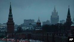 ႐ုရွားႏိုင္ငံ Moscow ၿမိဳ႕ရွိ Kremlin အျပင္ဘက္ကေန ျမင္ရတဲ့ ႐ုရွား ႏိုင္ငံျခားေရး၀န္ႀကီးဌာန အေဆာက္အဦးပံု (ဒီဇင္ဘာ၊ ၁၀၊ ၂၀၁၈)