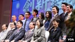 台湾总统蔡英文在台中参加2016年台商中秋联谊会。坐在她左手边的是台湾陆委会主委张小月,右手边的是新任海基会董事长田弘茂。(台湾总统府提供)