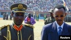Kayumba Nyamwasa aux côtés du président Paul Kagame à Kigali le 4 juillet 2000. (Archives)
