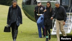 Presiden AS Barack Obama (kanan) bersama ibu negara Michelle Obama dan Malia Obama tiba kembali di Washington (4/1).