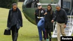 Обама з родиною повертаються до Білого дому (ліворуч - Мішель Обама, друга праворуч - донька Малія). 4 січня 2014 р.
