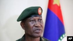 Chris Olukolade, juru bicara militer Nigeria memberikan keterangannya (Kamis, 17/4/2014) tentang status siswi yang diculik dari sebuah sekolah menengah di Nigeria.