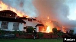 La résidence de Maeve Fort, la Haute Commission britannique pour l'Afrique du Sud brûle, au Cap, 13 juillet 1999.