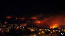 آتش سوزی که از روز شنبه آغاز شده، مناطق وسیعی از شهر تاریخی والپاریزو در فراگرفته است - شیلی، دوازدهم آوریل