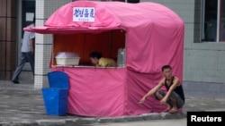 2013年7月29日朝鲜平壤街头出售饮料的小贩