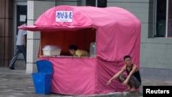 지난해 7월 북한 평양 거리에 청량음료 매대가 보인다.
