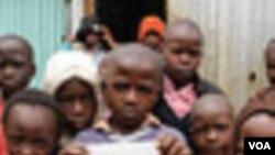 Anak di perkampungan kumuh Kibera di Nairobi, Kenya menunjukkan toilet 'Peepoo' (foto: dok).