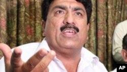 Ông Jamil Afridi, anh của bác sĩ Shakil Afridi, mở cuộc họp báo ở Peshăar, Pakistan hôm 28/5/12