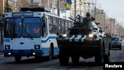 Binh sĩ chính phủ Ukraine trên đường phố Kramatorsk ở miền đông Ukraine.