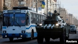 2015年2月11日乌克兰东部克拉马托尔斯克: 乌克兰武装力量成员乘坐装甲运兵车