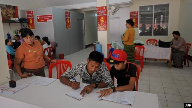 People signing amendment of the 2008 Constitution as members of National League for democracy collect signatures on a street in Yangon, July 16, 2014.