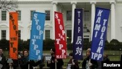 Những người phản đối hiệp định TPP biểu tình bên ngoài Tòa Bạch Ốc ở Washington, ngày 3/2/2016.