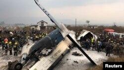 Pesawat penumpang dari Bangladesh jatuh dan terbakar di bandara Kathmandu, Nepal, Senin (12/3).