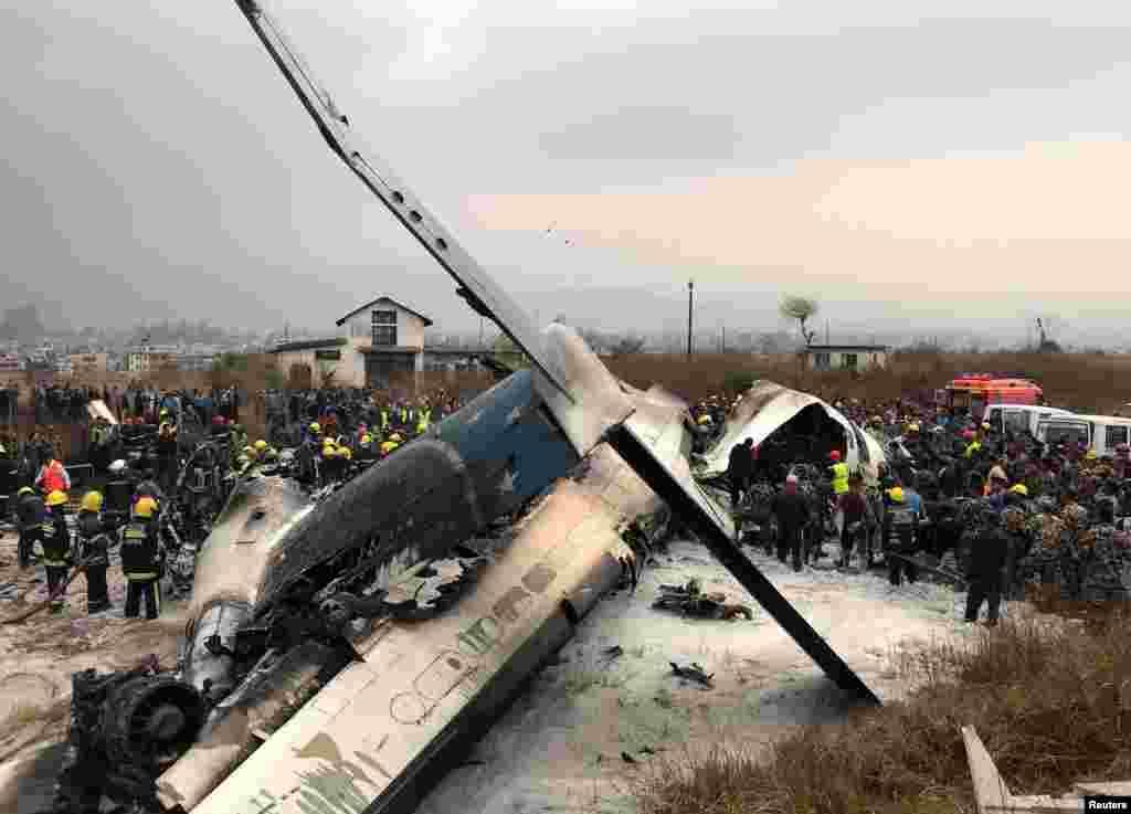Rongsokanpesawat penumpang dari Bangladesh yang jatuh dan terbakar di bandara Kathmandu, Nepal, hari Senin (12/3), menewaskan sedikitnya 49 orang.