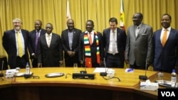 Zimbabwean President Emmerson Mnangagwa, his cabinet members and officials of Invictus Energy are pictured Nov. 1, 2018, after announcing the discovery of oil and gas deposits on Zimbabwe's border with Mozambique. (C. Mavhunga/VOA)
