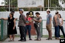 Mexicanos hacen fila para votar afuera de un centro electoral en Piedras Negras, México. Julio 1 de 2018.