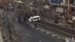 مردم معترض در چهارمین روز اعتراضها، ماشین پلیس را در خیابان ولیعصر تهران واژگون کردند