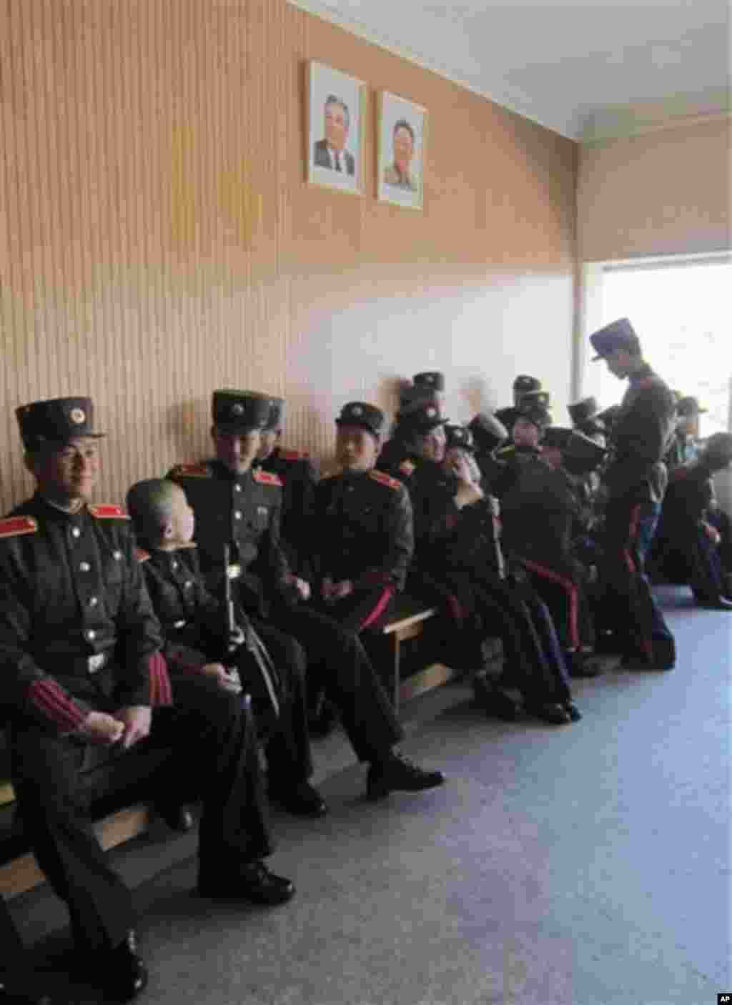 지난 18일 평양 만경대혁명학원 학생들이 김일성 김정일 부자의 초상화 아래 앉아있다.