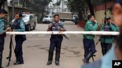Polisi Bangladesh melakukan pengamanan di ibukota Dhaka (foto: dok). Polisi tidak punya bukti pelaku penembakan terhadap pendeta Italia di Dhaka.